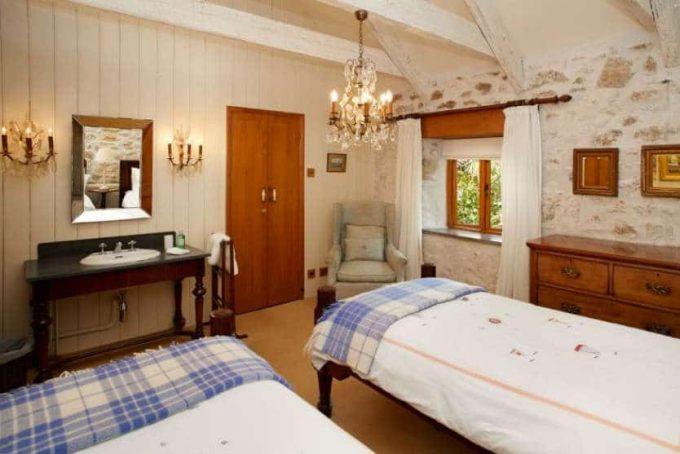 Twin bedroom with adjoining en-suite